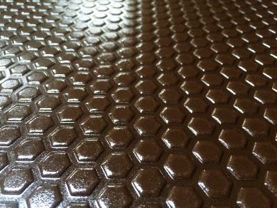 HPL Schichtstoffplatte kompakt als rutschfeste Bodenplatte mit eingeprägter Hexagon-Oberflächenstruktur