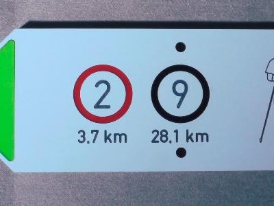 Infoschild aus konfektionierter HPL Kompaktplatte mit farbiger Einfräsung und witterungsbeständiger Melaminbeschichtung